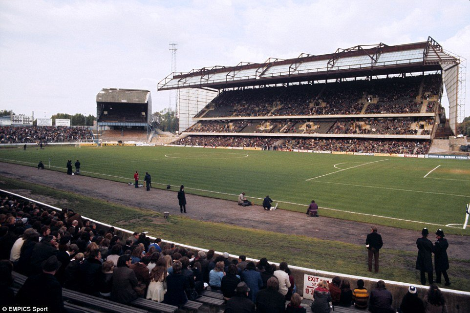 2A1A38C600000578-3144204-1978_The_Shed_is_dwarfed_by_the_new_East_Stand_in_this_late_Seve-a-32_1435658346373.jpg