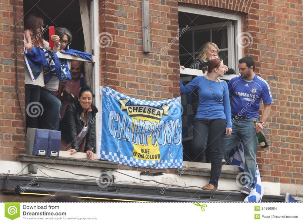chelsea-victory-parade-spectators-24866084.jpg